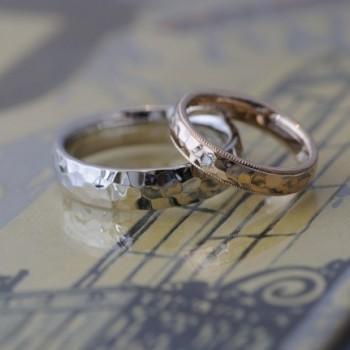 キラキラhammerwork鎚目の結婚指輪