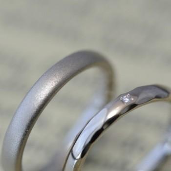 サンドブラストと鎚目とダイヤモンドの結婚指輪