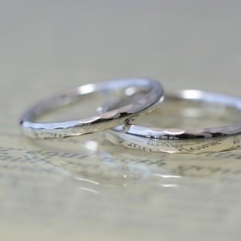 〔結婚指輪〕角に鎚目