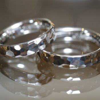 プラチナ鏡面仕上げの鎚目結婚指輪
