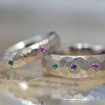 〔結婚指輪〕鎚目がたっぷりでカラフル