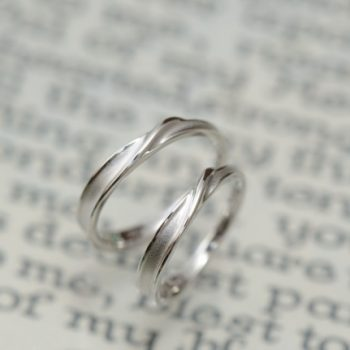 結婚指輪 指の流れに沿って