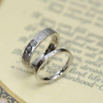 結婚指輪 平打ちタイプ 鎚目とブラシ仕上げ