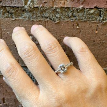 エメラルドカットダイヤモンドのエンゲージリング