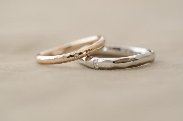 緩やかVと鎚目とダイヤのオーダーメイド結婚指輪