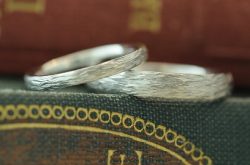 ナチュラルなテクスチャのオーダーメイド結婚指輪
