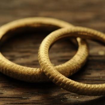 深いテクスチャのオーダーメイド結婚指輪