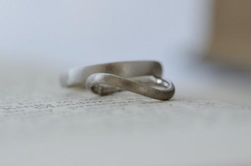 テクスチャつきウェーブのオーダーメイドの結婚指輪