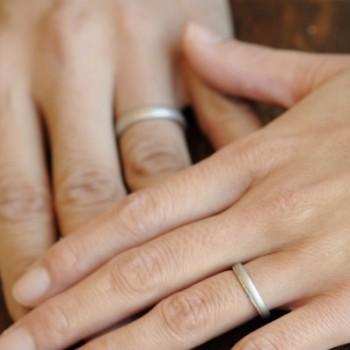 サンドブラスト加工のプラチナのオーダーメイド結婚指輪