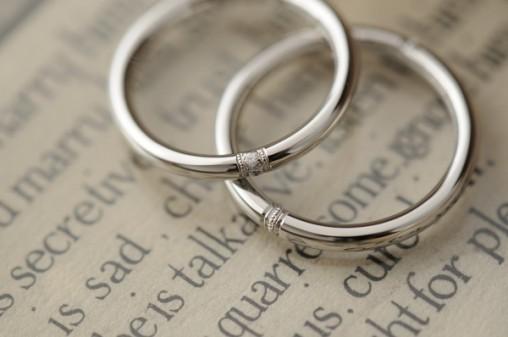 ミルグレイン加工のクラシックなオーダーメイド結婚指輪