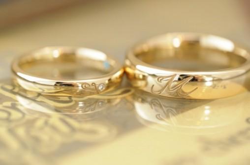 イニシャル入りゴールドのオーダーメイド結婚指輪