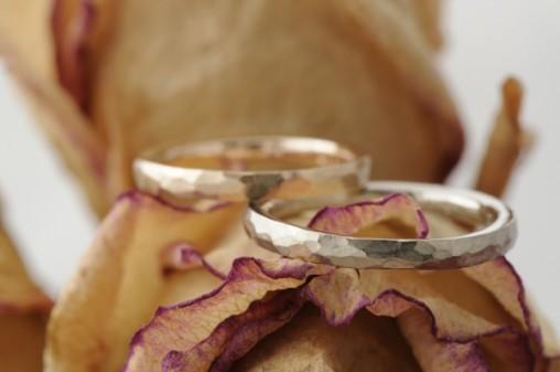 細身鎚目のオーダーメイド結婚指輪