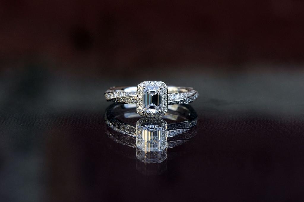 エメラルドカットの取り巻きのオーダーメイド婚約指輪