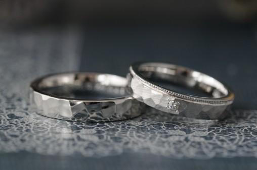 平打ちボリュームの鎚目のオーダーメイド結婚指輪