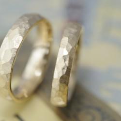 イエローゴールドの鎚目の結婚指輪