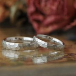 プラチナの鎚目の結婚指輪