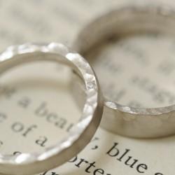 ホワイトゴールドの鎚目の結婚指輪
