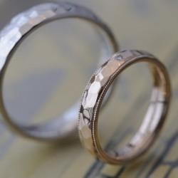 プラチナとゴールドの鎚目の結婚指輪