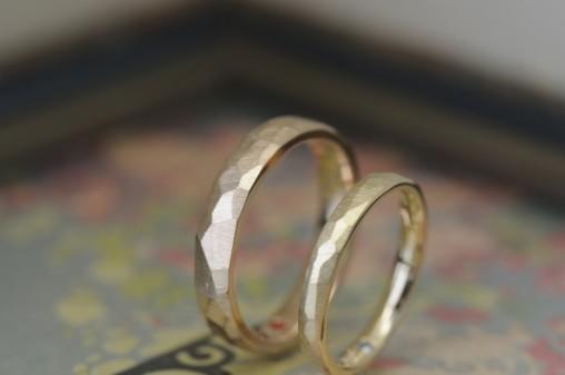 ゴールドの鎚目の結婚指輪