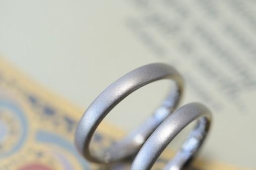 プラチナとホワイトゴールドサンドブラストの結婚指輪