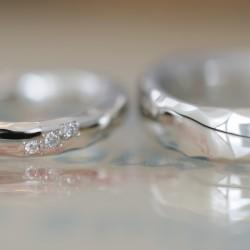 ラフカット角鎚目の結婚指輪