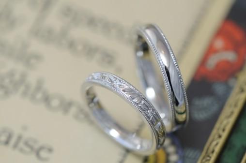 カーヴィングとミルグレインのプラチナ結婚指輪