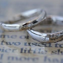 プラチナ鏡面角鎚目のV字ラインの結婚指輪