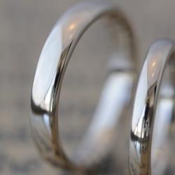 プラチナのシンプルな鏡面仕上げの結婚指輪