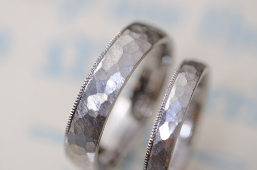ホワイトゴールドの鎚目とミルの結婚指輪