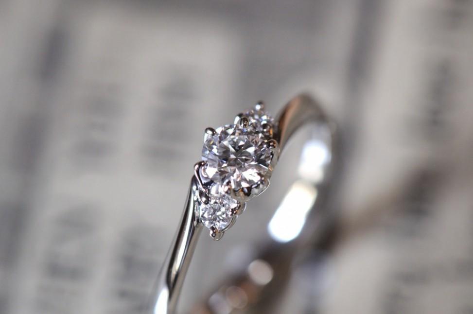 プラチナウェーブ3ストーンの婚約指輪