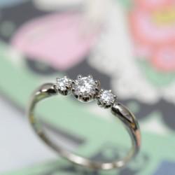 シャンパンゴールド3ストーンの婚約指輪