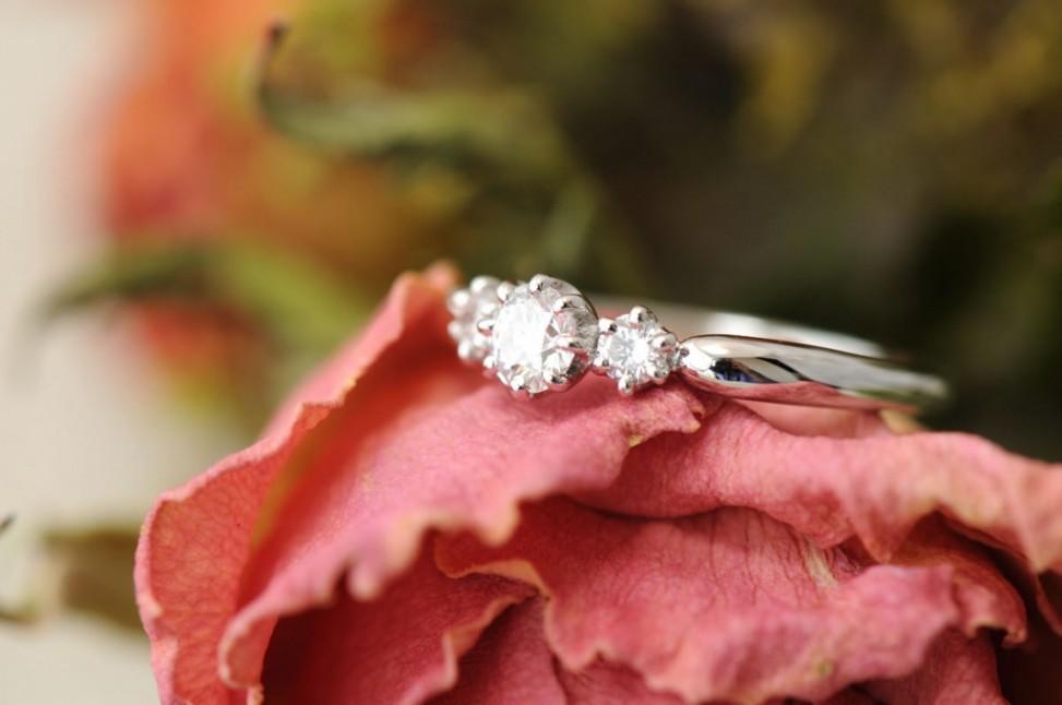 プラチナ3ピースストーンの婚約指輪