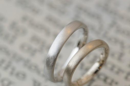 シャンパンとプラチナとマットの結婚指輪