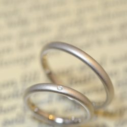 サンドブラストとシャンパンゴールドの結婚指輪