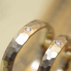 ゴールドの鎚目結婚指輪