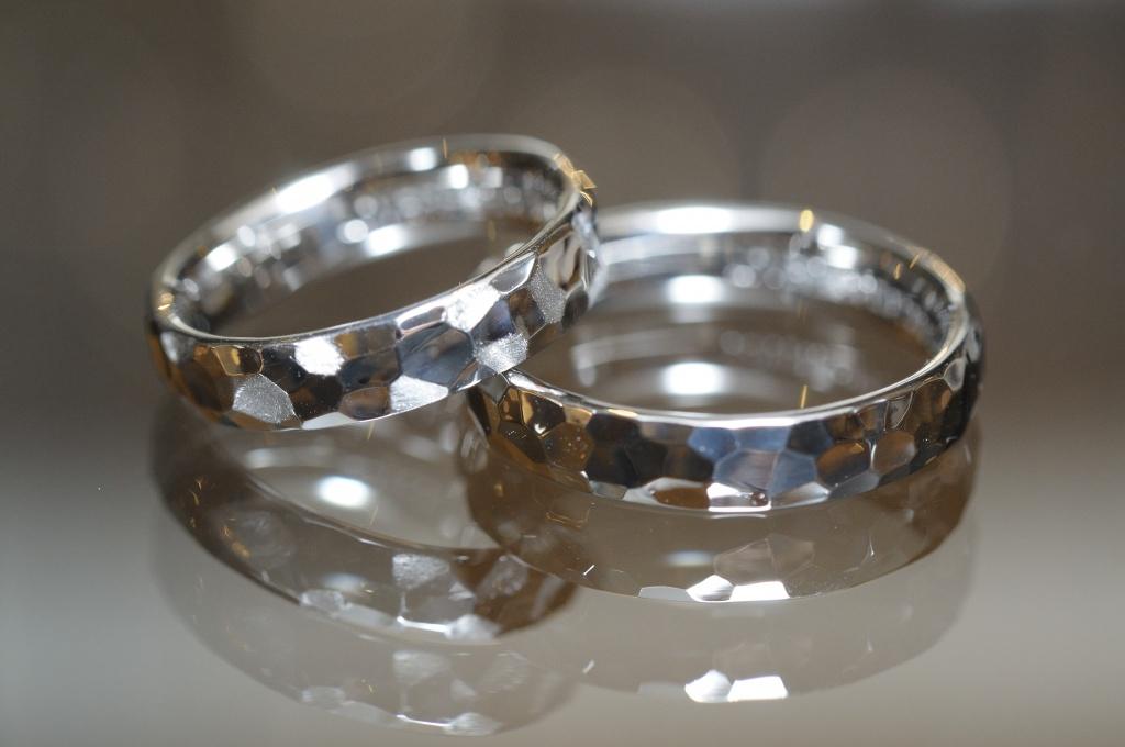 鏡面鎚目のオーダーメイド結婚指輪