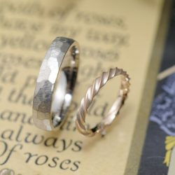 ツイストと鎚面の結婚指輪