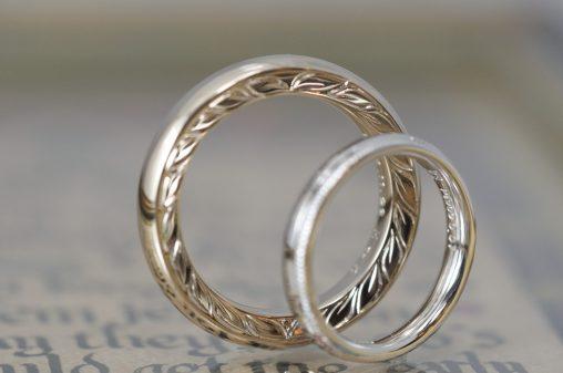 和彫り月桂樹とシャンパンとプラチナの結婚指輪