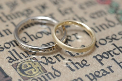 シンプルなプラチナとゴールドの結婚指輪