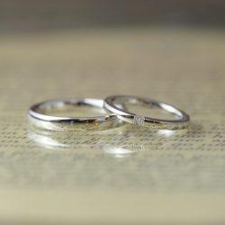 3石ダイヤとハーフ鎚目のオーダーメイド結婚指輪