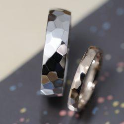 プラチナゴールドの鏡面鎚目のオーダーメイド結婚指輪