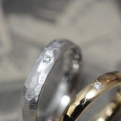 ゴールドプラチナペアの鎚目のオーダーメイド結婚指輪