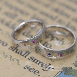 ボリューム鎚目とカラーストーンのオーダーメイド結婚指輪