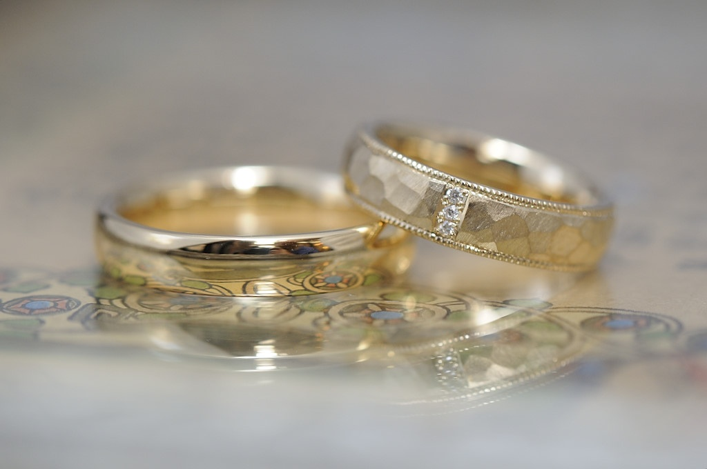 ゴールド鎚目にダイヤモンドとミルのオーダーメイド結婚指輪
