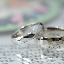 鏡面鎚目のボリュームタイプオーダーメイド結婚指輪