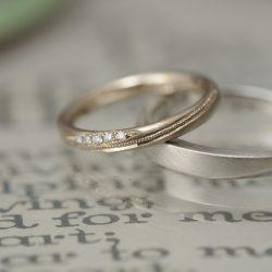 斜めのミルグレインとダイヤモンドのオーダーメイド結婚指輪