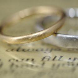 シンプルテクスチャのオーダーメイド結婚指輪