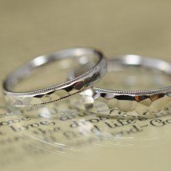 鏡面鎚目のプラチナ結婚指輪