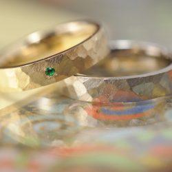 平打ち鎚目のアンティーク風結婚指輪
