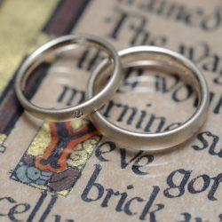 サンドブラストとコンビの結婚指輪